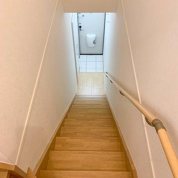 キッチンから、階段を降りて行くと玄関です。※写真は2階の同間取り別部屋のものです
