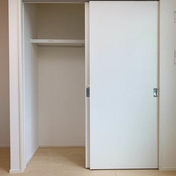 【洋室】クローゼットは扉2個分のワイドサイズ※写真は2階の同間取り別部屋のものです