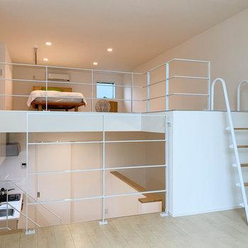 【洋室】上に行くとロフト、下に行けばキッチンです。※写真は2階の同間取り別部屋のものです