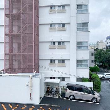 眺望は向かいの建物の駐車場