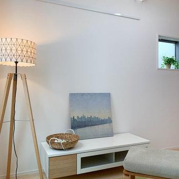 【洋室】壁沿いにピクチャーレール。小窓もあります。