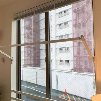 【洋室】窓沿いに、部屋干しの設備がついています。
