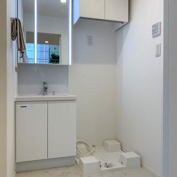 さて、脱衣所です。水回りは床の素材が変わります。