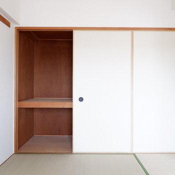 【6帖ベッドルーム】壁一面が収納に。※写真は4階の同間取り別部屋のものです