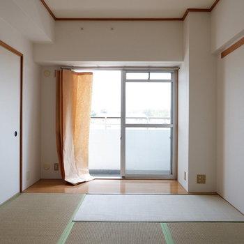 【6帖ベッドルーム】心地よい光入ります。※写真は4階の同間取り別部屋のものです