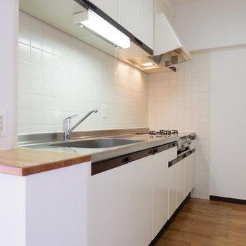使いやすそうなキッチン。※写真は4階の同間取り別部屋のものです