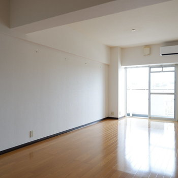 【LDK】日当たりもいいですね〜。※写真は4階の同間取り別部屋のものです