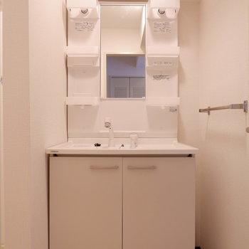 独立洗面台は脱衣所に。※写真は4階の同間取り別部屋のものです