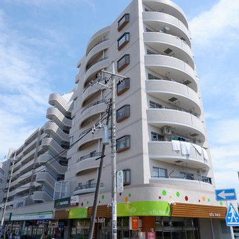 スーパーやコンビニなど入ったマンションです。