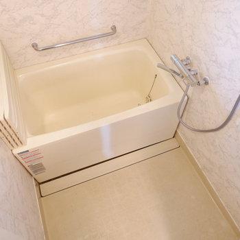 お風呂はちょうどいいサイズ。※写真は4階の同間取り別部屋のものです