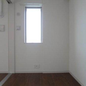 寝室に小窓があるってうれしい!(※写真は7階の同間取り別部屋のものです)