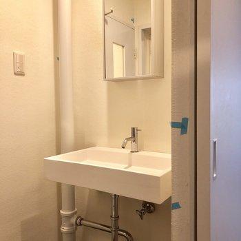 配管が剥き出しでかっこいい洗面台。(※写真は清掃前のものです)