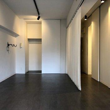 ブラインドカーテンで廊下とお部屋は仕切られています!収納はWICで大容量。(※写真は清掃前のものです)