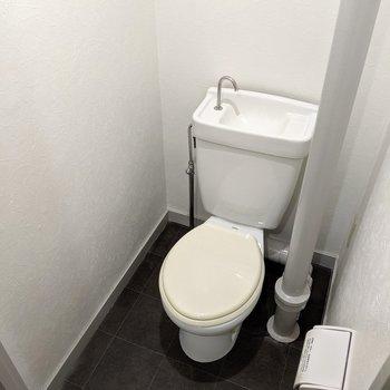 トイレは窓付きです。配管がなんかイイ。