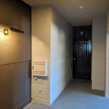 エレベータスペースはアンティーク調のライト。