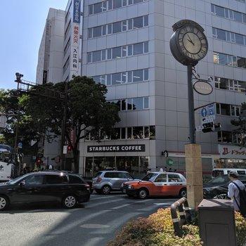 赤坂駅からの道は昼も夜も賑やかです。