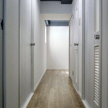 この廊下が素敵なんです。玄関前の小窓から射し込む光も気持ちいい。