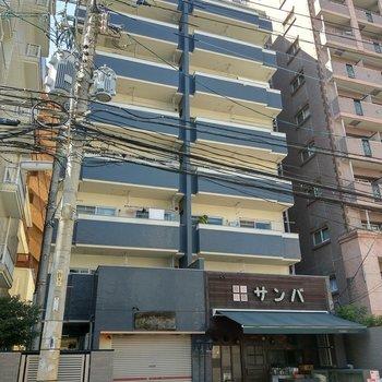 1階は飲食店。レモンイエローがかわいい建物。