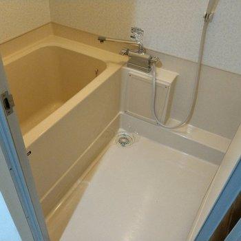 お風呂は少しコンパクト。サーモ水栓で使いやすい♪