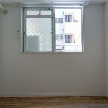 こちら4.5帖の洋室。上にもエアコン付き♪