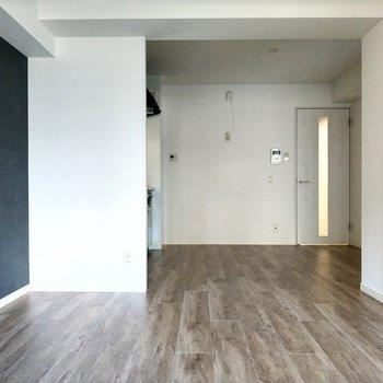床のシックな木目も素敵だな。キッチン空間に大きめの冷蔵庫置けそう。