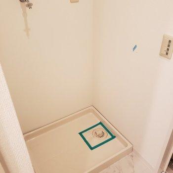 洗濯機置場はバスルームのすぐ手前に。(※写真は2階の同間取り別部屋のものです)