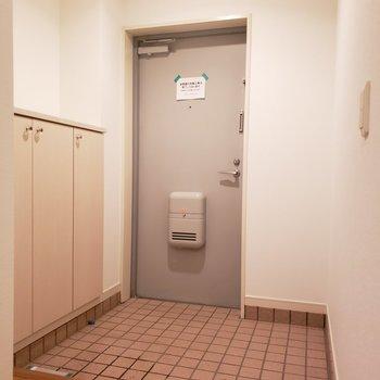 玄関も広めで快適!(※写真は2階の同間取り別部屋のものです)
