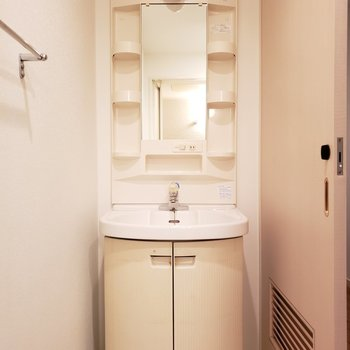 洗面台はまーるくてかわいいの。(※写真は2階の同間取り別部屋のものです)