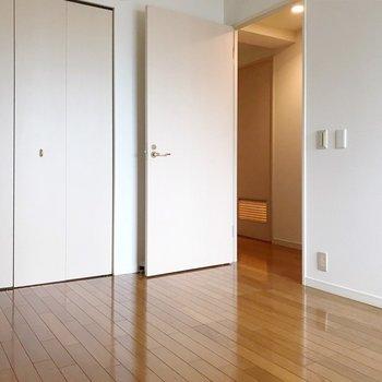 5.9帖あるので、ベッドのサイズ次第では書斎兼寝室として使えます◎(※写真は2階の同間取り別部屋のものです)