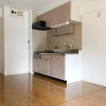 キッチン横に冷蔵庫置場が置けます。(※写真は2階の同間取り別部屋のものです)