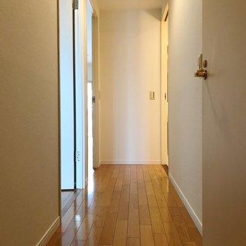廊下側にも洋室があります。(※写真は2階の同間取り別部屋のものです)