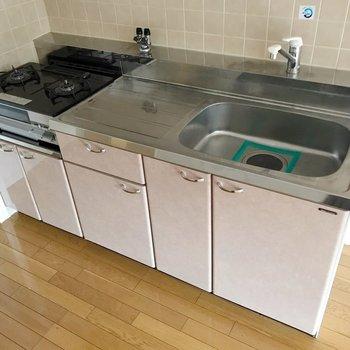 作業スペース広々、使いやすそうなキッチンです。(※写真は2階の同間取り別部屋のものです)