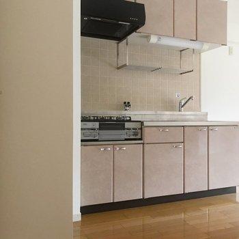 リビングの扉を開けると、まず薄ピンクのキッチンがお出迎え。(※写真は2階の同間取り別部屋のものです)