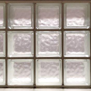 ガラスブロックで透明感◎(※写真は2階の同間取り別部屋のものです)