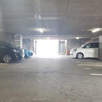 マンションが大きいので駐車場も多め。
