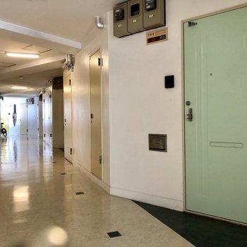 玄関扉の色がかわいい!