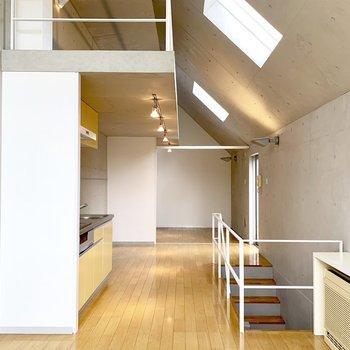 階段をのぼって、細長い空間が広がります。