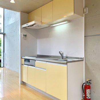キッチンはクリーム色でまろやかに。