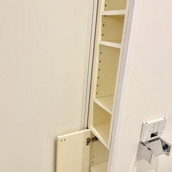 扉のそばに、細いけど収納があって重宝しそう。