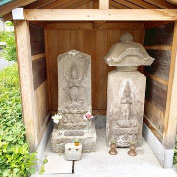 そばにまつられた石仏様には「享保」の文字が掘ってありました。すごい!