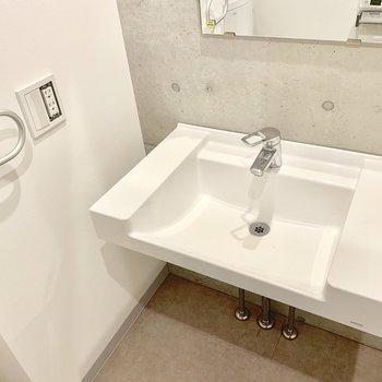 シンプルだけど使い勝手の良さそうな洗面台。