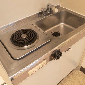 キッチンはコンパクト。※写真は3階の同間取り別部屋のものです