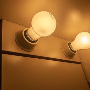キッチンの照明に趣きがあります。※写真は3階の同間取り別部屋のものです