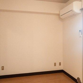 エアコンの下にベッドを置きたいな。※写真は3階の同間取り別部屋のものです