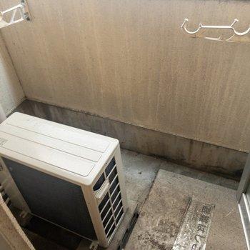 ベランダには物干し受けがあります。※写真は3階の同間取り別部屋のものです