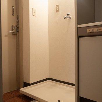 キッチン横には洗濯機置場が。※写真は3階の同間取り別部屋のものです