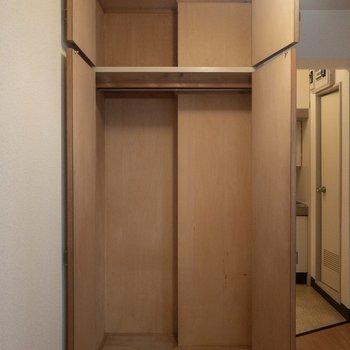 クローゼットには2シーズン分くらいの洋服が入りそう。上の段には日用品をしまおうかな。※写真は3階の同間取り別部屋のものです