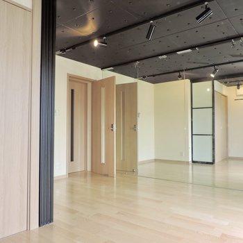 天井もスタジオっぽい※お部屋はクリーニング前です