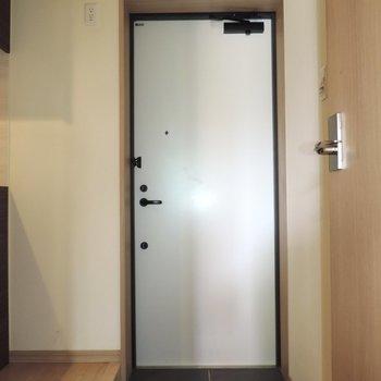 玄関はシンプルですね~