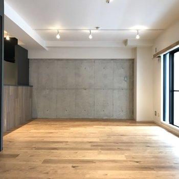 壁のコンクリートにより、お部屋全体がしまってみえますね!